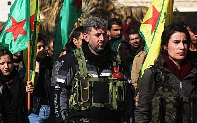 Des kurdes syriens lors d'un défilé militaire inattendu, à Afrine, au moment où des civils se mobilisent et s'enrôlent pour rejoindre le front ou renforcer les équipes médicales et lutter contre les troupes turques, au sein de le YPG, le 28 janvier 2018. (Crédit : AFP / Delil SOULEIMAN)