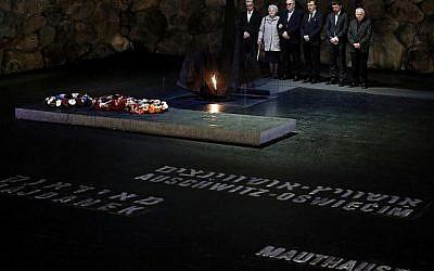 Alicja Mularska (2G), fille du défunt couple polonais Jan Dziadosz et Sabina Perzyna, se tient debout avec sa famille après avoir reçu le prix du Juste des Nations au nom de ses parents lors d'une cérémonie posthume en leur honneur et celui de leur fils Aleksandr Dziadosz à Yad Vashem le 30 janvier 2018. (AFP PHOTO / THOMAS COEXISTENT)