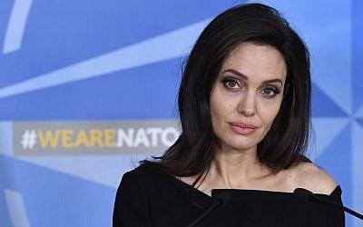L'actrice américaine et envoyée spéciale pour le Haut Commissariat des Nations Unies pour les réfugiés (HCR) Angelina Jolie lors d'une conférence de presse après sa rencontre avec le Secrétaire général de l'OTAN le 31 janvier 2018 (Crédit : AFP PHOTO / Emmanuel DUNAND)