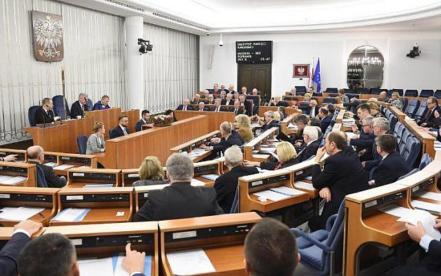 Les sénateurs assistent à une séance de nuit au Sénat polonais à Varsovie, le 1er février 2018 (Crédit : PAP / Radek Pietruszka / AFP)