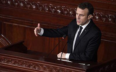 Le président français Emmanuel Macron s'adresse au parlement tunisien à Tunis, le 1er février 2018 (Crédit : PHOTO AFP / Eric FEFERBERG)