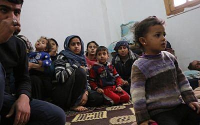 Des membres de sept familles syriennes déplacées réfugiés dans un appartement dans la ville syrienne d'Afrin, le 1er février 2018, dans le nord de la Syrie (Crédit : AFP / Ahmad Shafie BILAL)