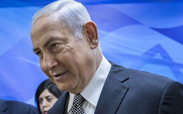 Le Premier ministre Benjamin Netanyahu en route pour la réunion hebdomadaire du Cabinet à son bureau de Jérusalem le 4 février 2018. (photo AFP / Pool / Jim Hollander)