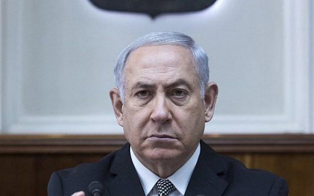 Le Premier ministre israélien Benjamin Netanyahu préside la réunion hebdomadaire de cabinet à son bureau de Jérusalem le 4 février 2018 (Crédit : AFP / POOL / JIM HOLLANDER)