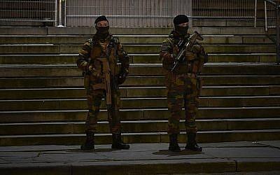 Des policiers montent la garde devant la Palais de Justice de Bruxelles, à l'ouverture du procès de Salah Abdeslam, le 5 février 2018. (Crédit : AFP Photo/John Thys)