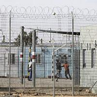 Des migrants africains détenus à Holot, au sud d'Israël près de la frontière égyptienne, le 4 février 2018. (Crédit : MENAHEM KAHANA/AFP)