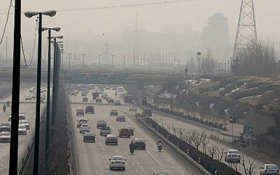 Vue générale à Téhéran, en Iran, le 5 février 2018, montrant une couverture épaisse de pollution alors que le phénomène atteint de nouveaux sommets. (AFP / ATTA KENARE)
