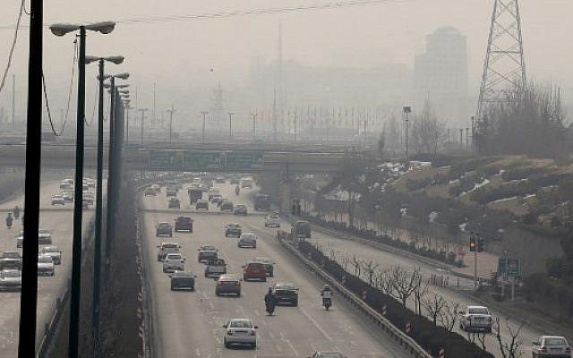 Vue générale à Téhéran, en Iran, le 5 février 2018, montrant une couverture épaisse de pollution alors que le phénomène atteint de nouveaux sommets. (AFP / ATTA KENARE)