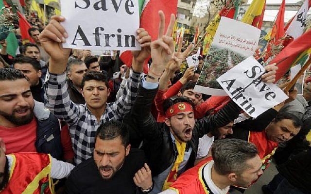Des Kurdes libanais brandissent des banderoles, des drapeaux kurdes et des drapeaux de l'Unité de protection du peuple kurde lors d'une manifestation devant l'ambassade américaine à Aaoukar, au nord de Beyrouth, afin de protester contre l'offensive turque en cours dans l'enclave syro-kurde d'Afrin, le 5 février 2018 (AFP PHOTO / JOSEPH EID)