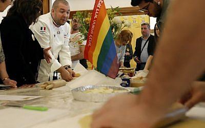 Le chef cuisinier de l'Elysée Guillaume Gomez, donne un cours de cuisine aux adolescents membres d'une ONG de défense des droits LGBT, à l'ambassade française de Tel Aviv, le 5 février 2018. (Crédit : AFP / THOMAS COEX)