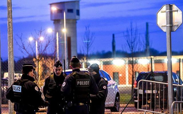 La police monte la garde devant la prison de Vendin-le-Vieil, dans le nord de la France, où il est détenu pendant son procès au Palais de Justice de Bruxelles, en février 2018. (Crédit : AFP / PHILIPPE HUGUEN)