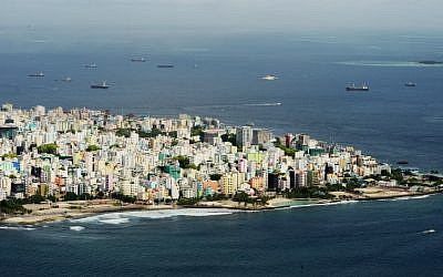 Cette photo prise le 11 septembre 2013 montre une vue aérienne de l'île de Malé, capitale des Maldives (Roberto Schmidt / AFP)