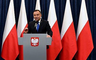 Le président polonais Andrzej Duda annonce, durant une conférence de presse, qu'il signera la loi controversée sur la Shoah,à Varsovie, le 6 février 2018. (Crédit : AFP / JANEK SKARZYNSKI)