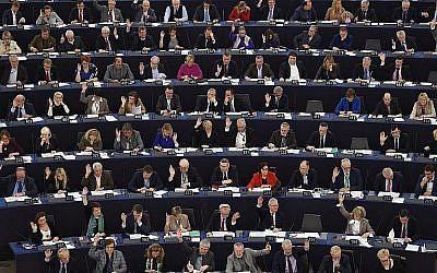 Les membres du Parlement européen procèdent à un vote, à Strasbourg, le 5 février 2018. (Crédit : AFP / FREDERICK FLORIN)