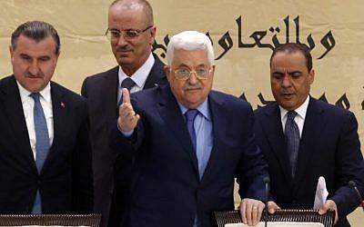 """Mahmoud Abbas de l'Autorité palestinienne, au centre, lors de la """"Conférence de Jérusalem, capitale de la jeunesse islamique"""" dans la ville de Ramallah en Cisjordanie, le 6 février 2018 (Crédit :  AFP PHOTO / ABBAS MOMANI)"""