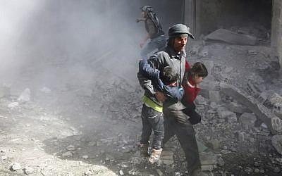 Des civils syriens fuient les frappes du régime dans la ville rebelle de Jisrine, dans la Ghouta orientale, près de Dama, le 8 février 2018. (Crédit : AFP/ ABDULMONAM EASSA)