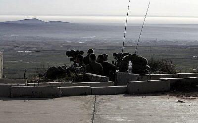 Des soldats israéliens prenant position dans le plateau du Golan près de la frontière syrienne, le 10 février 2018. (Crédit : AFP / JALAA MAREY)