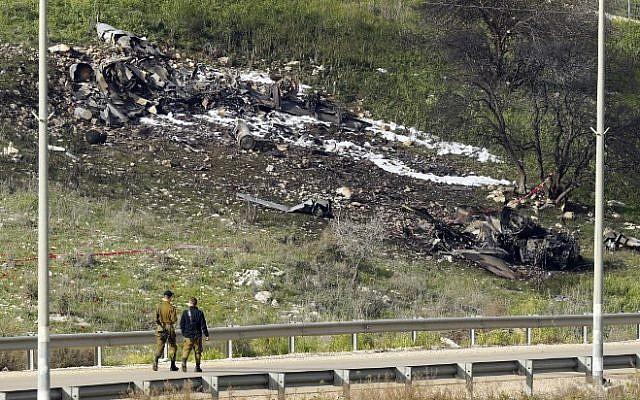 Une photo prise dans le nord, au kibboutz israélien de Harduf le 10 février 2018 montre les restes d'un F-16 qui s'est écrasé après avoir été attaqué par les défenses aériennes syriennes (Crédit : AFP / Jack GUEZ)