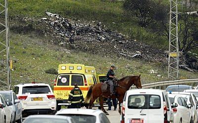 Une photo prise dans le nord d'Israël au   Kibboutz Harduf montre les restes d'un avion F-16 israélien qui s'est écrasé après avoir été la cible de tirs anti-aériens syriens, le 10 février 2018 (Crédit : AFP Photo/Jack Guez)