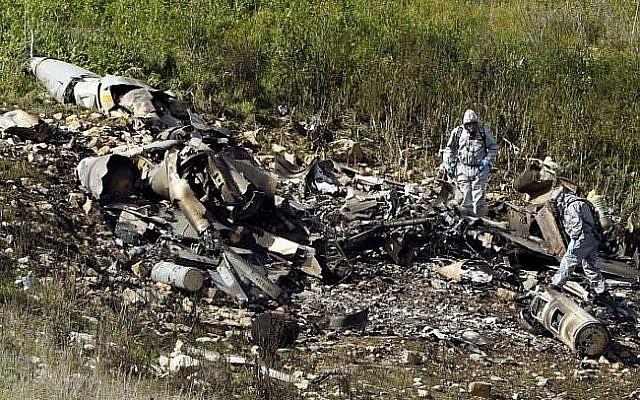 Une photo prise dans le nord d'Israël montrant les débris d'un F-16 israélien qui s'est écrasé après avoir été la cible de tirs de la part de la défense aérienne syrienne (Crédit :  AFP/ Jack GUEZ)