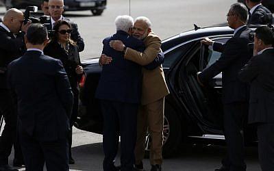 Le président de l'Autorité palestinienne Mahmoud Abbas, au centre, à gauche, embrasse le Premier ministre  Narendra Modi lors de son arrivée pour une rencontre dans la ville de Ramallah en Cisjordanie, le 10 février 2018 (Crédit : AFP PHOTO / ABBAS MOMANI)