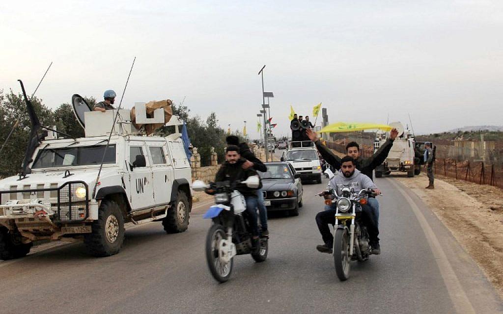 Des militants du Hezbollah se rassemblent dans la zone de Fatima's Gate à Kfar Kila, à la frontière libanaise avec Israël, le 10 février 2018, pour célébrer le crash d'un avion à réaction israélien et dénoncer les attaques israéliennes contre la Syrie. (AFP PHOTO / Ali DIA)