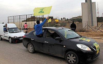 Les partisans du Hezbollah se rassemblent porte de Fatima à  Kfar Kila sur la frontière libanaise avec Israël pour fêter le crash d'un F-16 israélien abattu par les défenses aériennes syriennes, le 10 février 2018 (Crédit : AFP Photo/Ali Dia)