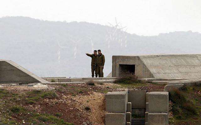 Des soldats israéliens se tiennent au sommet d'une position militaire sur le plateau du Golan, près de la frontière syrienne, le 11 février 2018. (Jalaaa Marey/AFP)