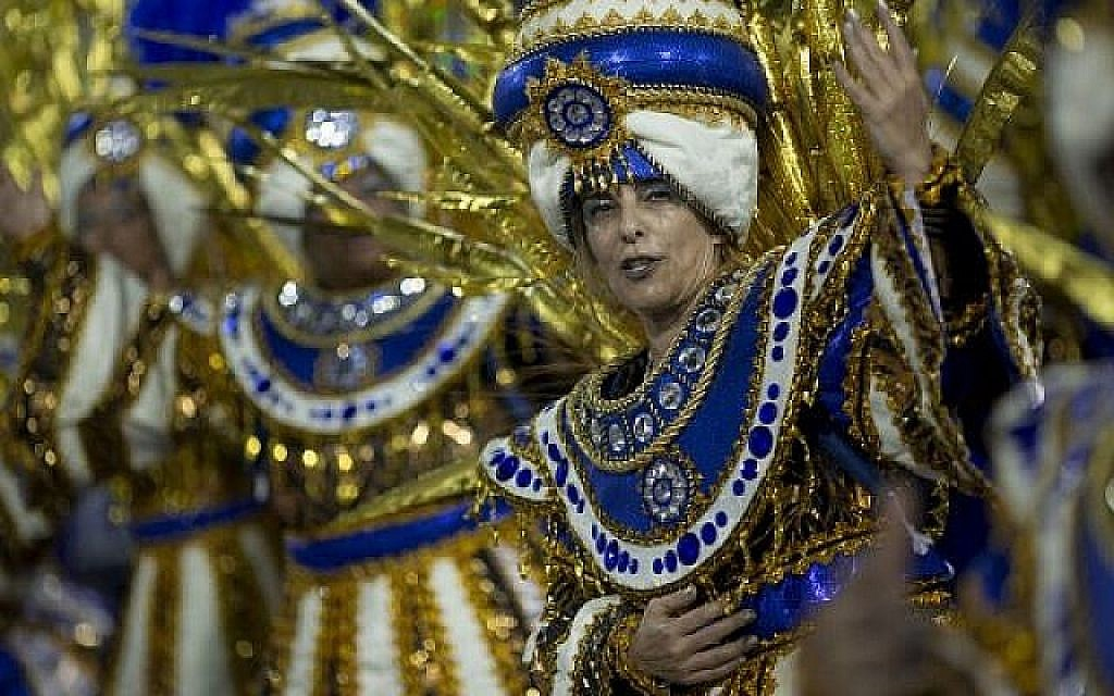 Un danseur de l'école de samba de Portela se produit pendant la deuxième nuit du Carnaval de Rio au Sambadrome de Rio de Janeiro, Brésil, le 12 février 2018. (AFP/Mauro PIMENTEL)
