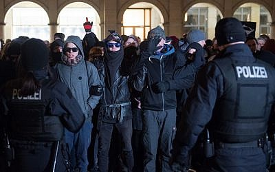 Des policiers font face à des contre-manifestants de gauche qui protestent contre une manifestation d'extrême droite de l'AfD sur l'ancienne place du marché de Dresde, le 13 février 2018. (Crédit : Sebastian Kahnert / dpa / AFP)