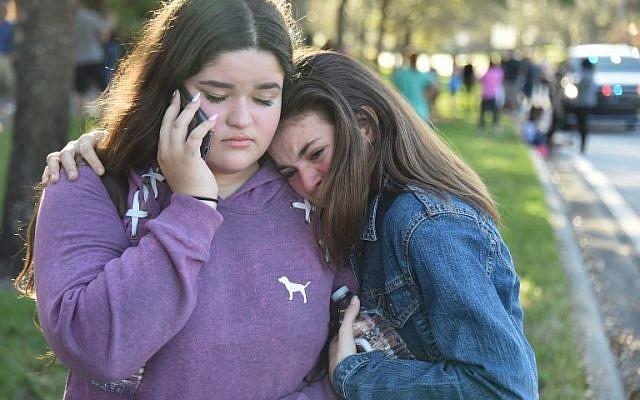 Les étudiants réagissent à la suite d'une fusillade au lycée Marjory Stoneman Douglas de Parkland, en Floride, à environ 80 kilomètres au nord de Miami, le 14 février 2018 (Crédit : AFP PHOTO / Michele Eve Sandberg)