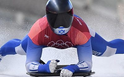 L'Israélien Adam Edelman ralentit au cours du troisième round de l'épreuve masculine de Skeleton lors des Jeux olympiques d'hiver de Pyeongchang en 2018 au centre olympique de glisse de Pyeongchang, le 16 février 2018 (Crédit : AFP PHOTO / Mark Ralston)