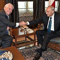 Le secrétaire d'État américain Rex Tillerson (G) rencontre le président du Parlement libanais Nabih Berri (D) à Beyrouth le 15 février 2018. (AFP Photo/Stringer)