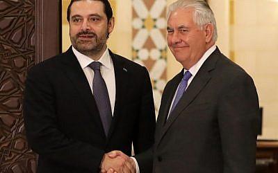 Le secrétaire d'Etat américain Rex Tillerson, à droite, serre la main du Premier ministre libanais  Saad Hariri au parlais gouvernemental de Beyrouth, le 15 février 2018 (Crédit :AFP PHOTO / ANWAR AMRO)