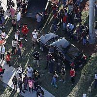 Les gens attendent leurs proches à la sortie du lycée Marjory Stoneman Douglas après une fusillade à l'école qui a fait plusieurs morts et blessés, le 14 février 2018 à Parkland, en Floride (Crédit : Joe Raedle / Getty Images / AFP)