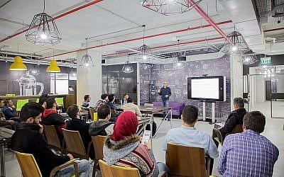 """Sari Taha, gestionnaire de programme pour l'espace de travail collaboratif """"Connect"""" de Rawabi, donne des conférences aux visiteurs. (Courtesy)"""