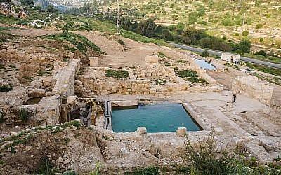 Une piscine datant de l'époque byzantine découverte sur le site d'Ein Hanya, près de Jérusalem, et révélée au public le 31 janvier 2018 (Crédit : Assaf Peretz / Israel Antiquities Authority)