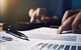Image d'illustration d'une personne remplissant sa fiche d'impôts (Crédit : wutwhanfoto, iStock by Getty Images)