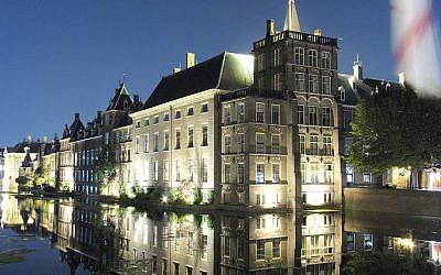 Le parlement néerlandais la nuit (Crédit : CC BY-SA 3.0/Ahmed Elnagar/11 September 2006)