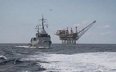 Une corvette Sa'ar 5 de la marine israélienne défend une plate-forme d'extraction de gaz naturel au large des côtes israéliennes, sur une photographie non datée. (Forces de défense israéliennes)