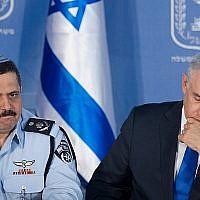 Le chef de la police israélienne Roni Alsheich, à gauche, avec le Premier ministre Benjamin Netanyahu lors d'une cérémonie de bienvenue en l'honneur d'Alsheich, au bureau du Premier ministre à Jérusalem, le 3 décembre 2015 (Miriam Alster / Flash90)