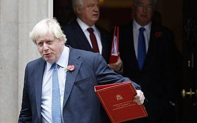 Boris Johnson, secrétaire britannique des Affaires étrangères, quitte le 10 Downing Street après la réunion hebdomadaire du cabinet dans le centre de Londres, le 31 octobre 2017 (AFP PHOTO / Tolga AKMEN)