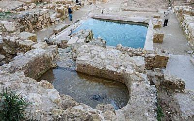 Des piscines datant de l'époque byzantine découvertes sur le site d'Ein Hanya, près de Jérusalem, et révélées au public le 31 janvier 2018 (Crédit : Assaf Peretz / Israel Antiquities Authority)
