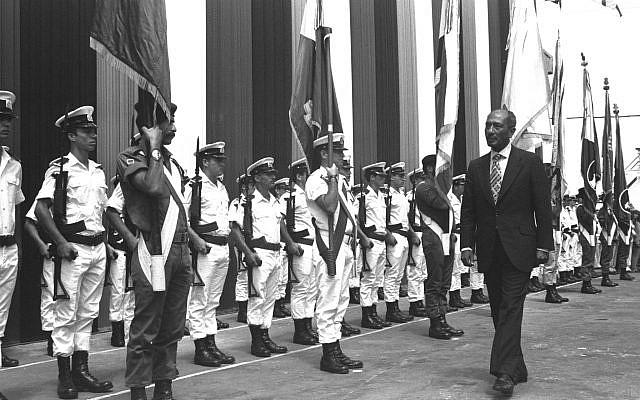 Le président Anouar el-Sadate passant devant la garde d'honneur au port de Haïfa