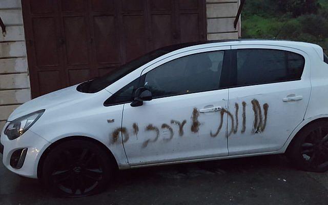 """Une voiture vandalisée dans le village de Jit, en Cisjordanie, avec la phrase en hébreu """"Mort aux Arabes"""", le 13 février 2018. (Rabbis for Human Rights)"""