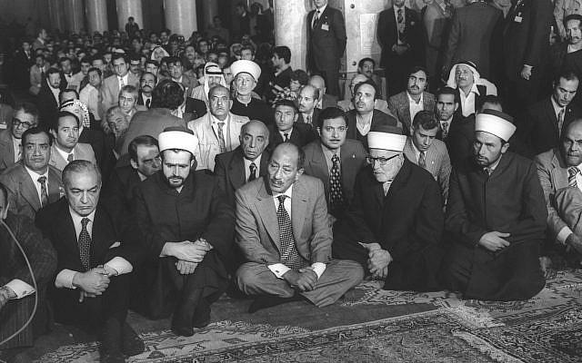 Le président égyptien Anouar el-Sadate prie à la mosquée al-Aqsa à Jérusalem, le 20 novembre 1977 (archives Miki Tzarfati / GPO)