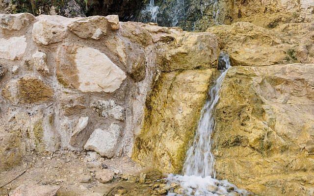 Une structure découverte sur le site d'Ein Hanya, près de Jérusalem, et révélée au public le mercredi 31 janvier 2018 (Crédit : Assaf Peretz / Israel Antiquities Authority)