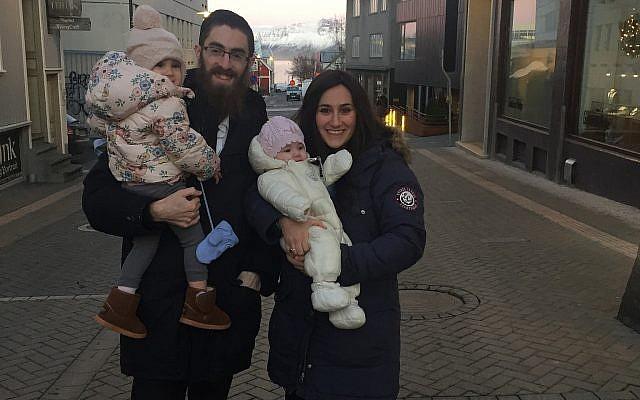 Le rabbin Avi Feldman et son épouse Mushky Feldman en visite à Reykjavik, Islande, le 14 décembre 2017. (Chabad.org)