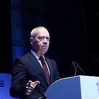 Yoav Gallant, ministre du Logement et de la Construction, prend la parole lors de la conférence internationale annuelle de l'Institut d'études sur la sécurité nationale à Tel Aviv, le 31 janvier 2018 (Flash90)