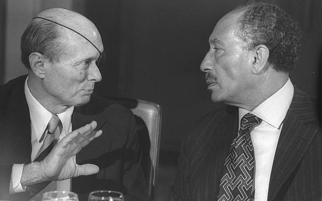 Le président égyptien Anouar el-Sadate et le ministre israélien des Affaires étrangères Moshe Dayan à l'hôtel King David à Jérusalem, en novembre 1977 (archives Ya'akov Saar / GPO)